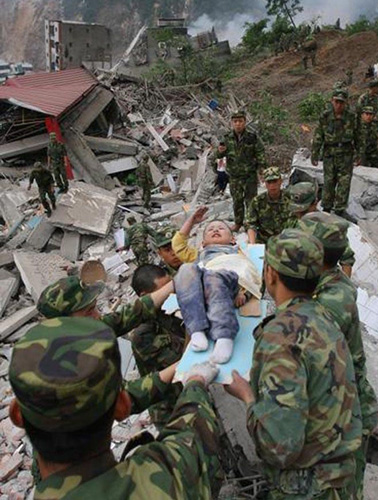 地震中敬礼的孩子